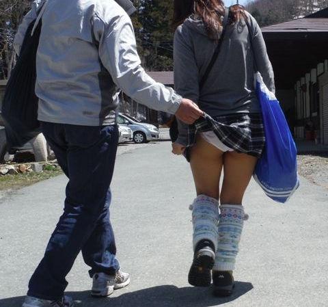 【スカートめくりエロ画像】素人娘に後ろから近づきスカートめくりでパンモロさせたり、スカート巾着めくりで全裸露出させちゃったスカートめくりのエロ画像集!ww【80枚】 08