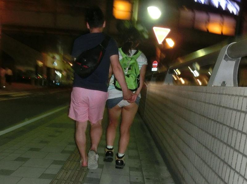 【スカートめくりエロ画像】素人娘に後ろから近づきスカートめくりでパンモロさせたり、スカート巾着めくりで全裸露出させちゃったスカートめくりのエロ画像集!ww【80枚】 09