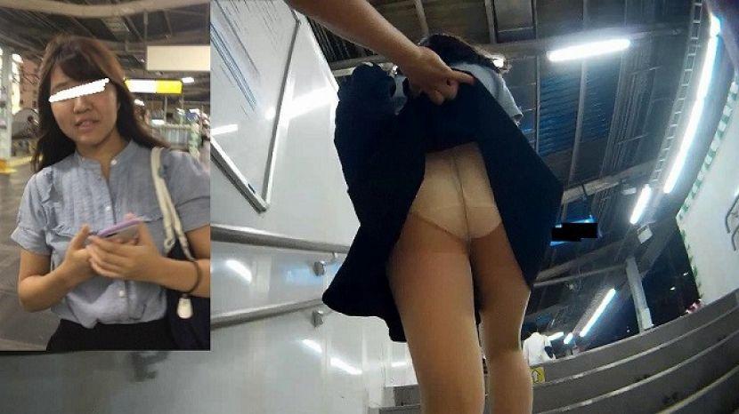 【スカートめくりエロ画像】素人娘に後ろから近づきスカートめくりでパンモロさせたり、スカート巾着めくりで全裸露出させちゃったスカートめくりのエロ画像集!ww【80枚】 23