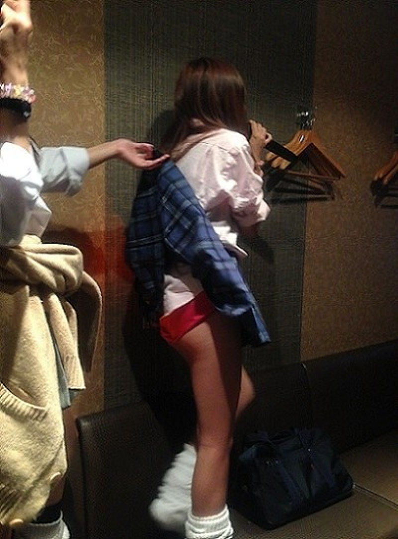 【スカートめくりエロ画像】素人娘に後ろから近づきスカートめくりでパンモロさせたり、スカート巾着めくりで全裸露出させちゃったスカートめくりのエロ画像集!ww【80枚】 46