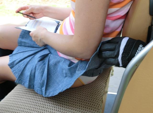 【スカートめくりエロ画像】素人娘に後ろから近づきスカートめくりでパンモロさせたり、スカート巾着めくりで全裸露出させちゃったスカートめくりのエロ画像集!ww【80枚】 73