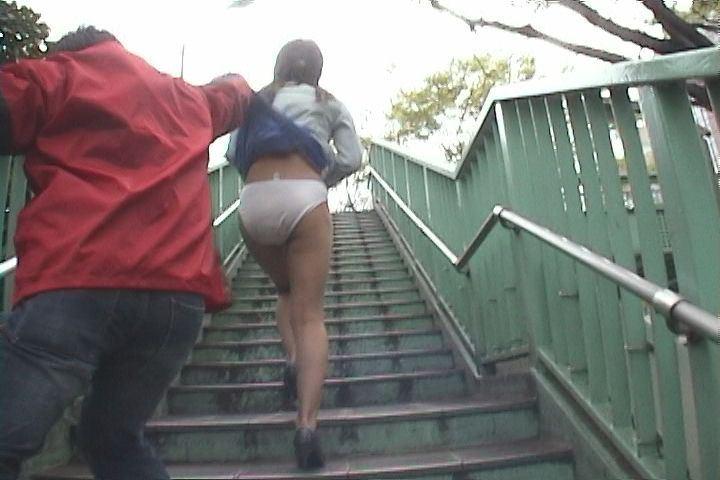 【スカートめくりエロ画像】素人娘に後ろから近づきスカートめくりでパンモロさせたり、スカート巾着めくりで全裸露出させちゃったスカートめくりのエロ画像集!ww【80枚】 80