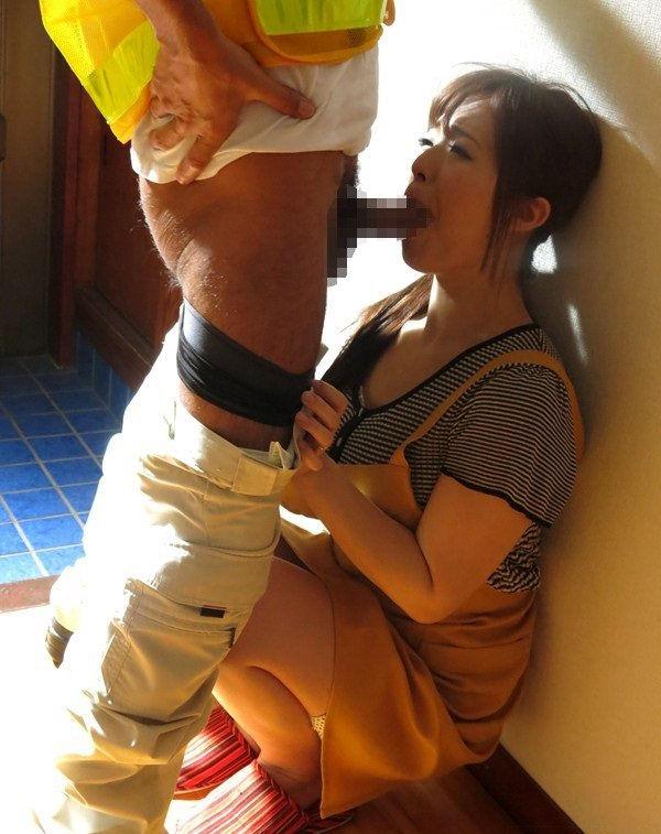 【玄関セックスエロ画像】巨乳や美魔女の奥さんが性欲強すぎて玄関で不倫相手や運送業者にフェラやパイズリしてる玄関セックスのエロ画像集!ww【80枚】 70