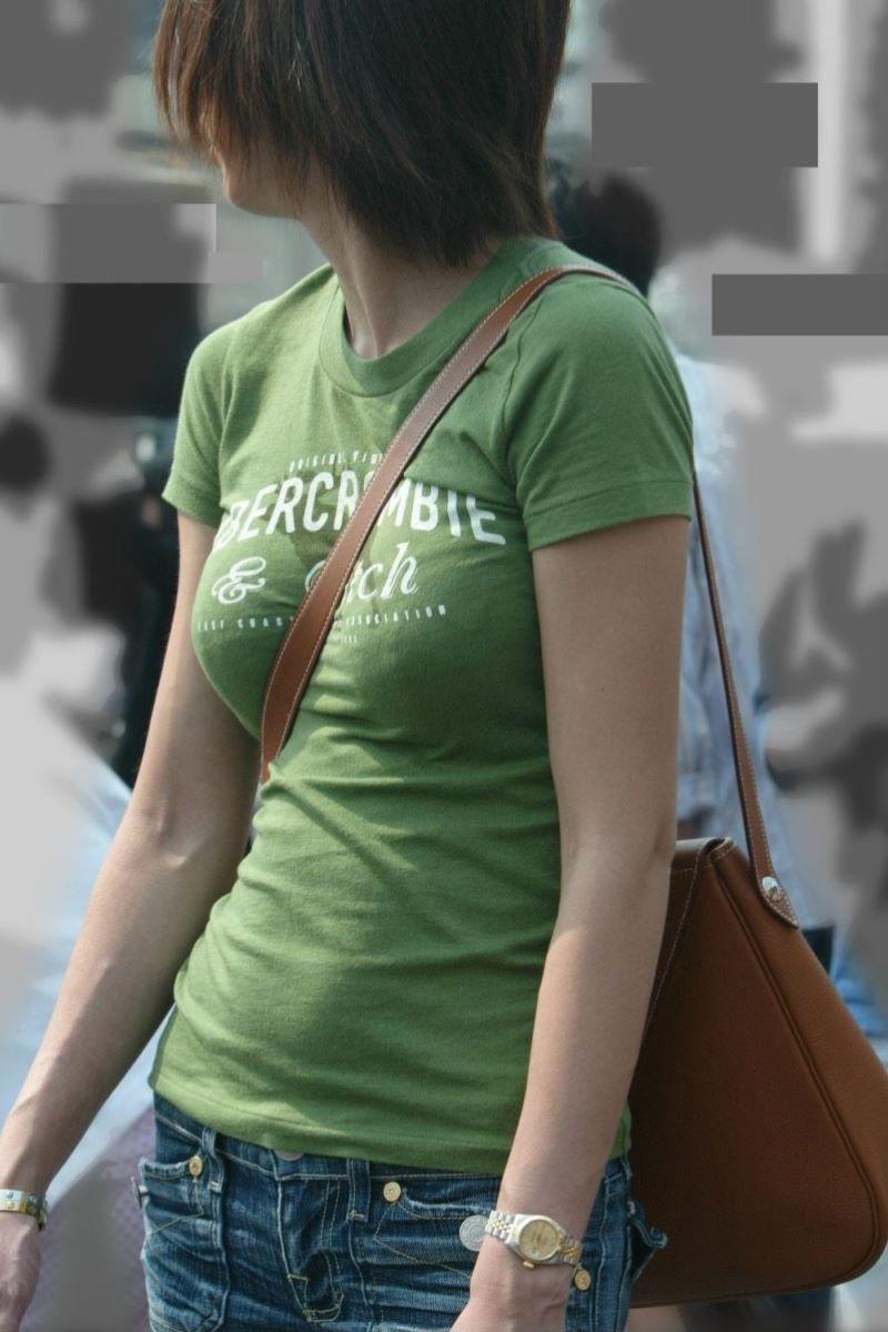 【パイスラッシュエロ画像】超巨乳なパイスラ女子を街中で盗撮!wwカバン斜め掛けでおっぱいの谷間に食い込みまくってるパイスラッシュのエロ画像集ww【80枚】 17