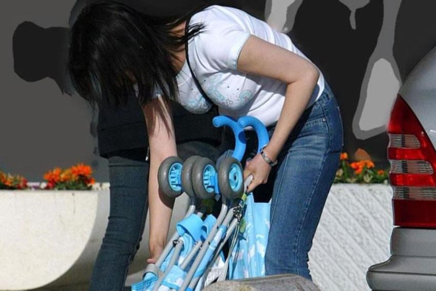 【パイスラッシュエロ画像】超巨乳なパイスラ女子を街中で盗撮!wwカバン斜め掛けでおっぱいの谷間に食い込みまくってるパイスラッシュのエロ画像集ww【80枚】 24
