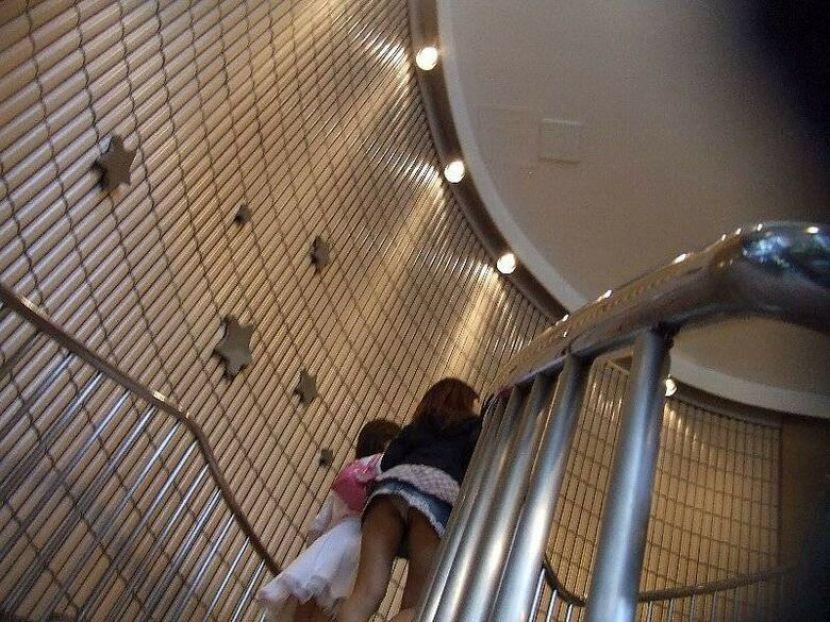 【駅パンチラエロ画像】ミニスカギャルや制服JK達が階段でパンチラしてくれるから毎日頑張れる!駅パンチラを盗撮したエロ画像集ww【80枚】 03