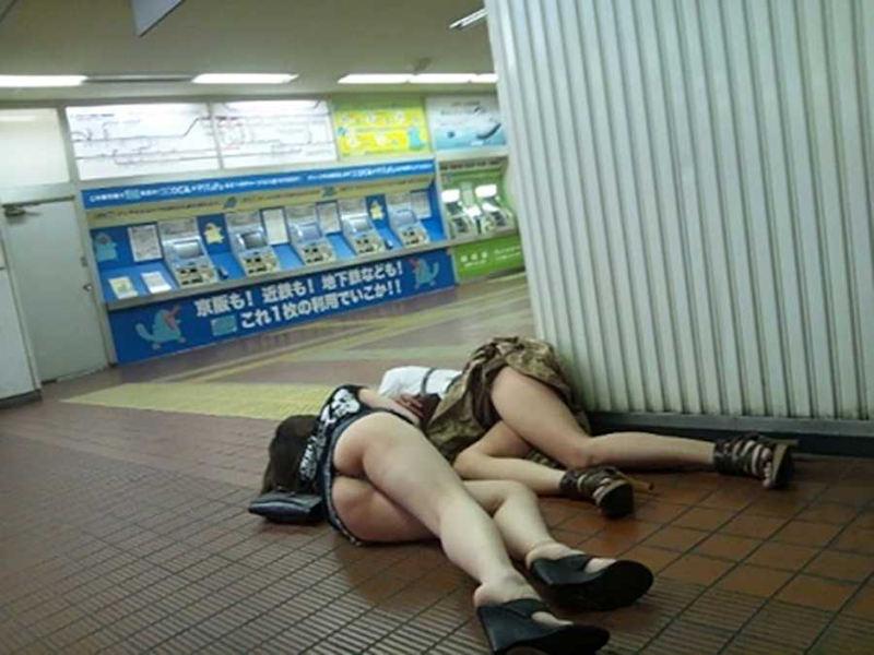【駅パンチラエロ画像】ミニスカギャルや制服JK達が階段でパンチラしてくれるから毎日頑張れる!駅パンチラを盗撮したエロ画像集ww【80枚】 04