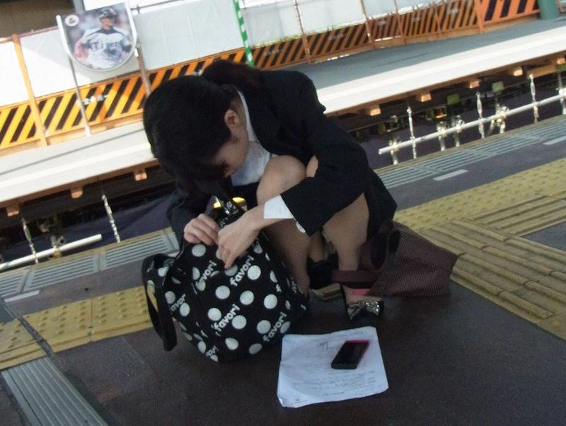 【駅パンチラエロ画像】ミニスカギャルや制服JK達が階段でパンチラしてくれるから毎日頑張れる!駅パンチラを盗撮したエロ画像集ww【80枚】 13