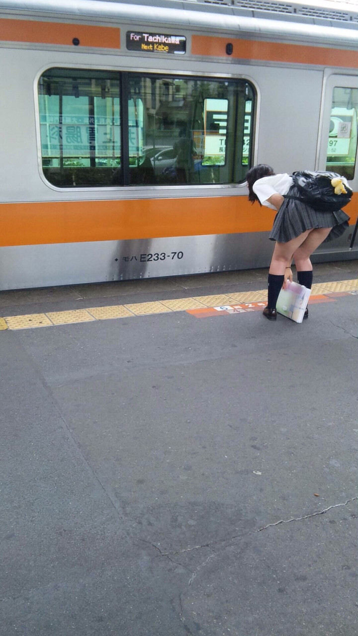 【駅パンチラエロ画像】ミニスカギャルや制服JK達が階段でパンチラしてくれるから毎日頑張れる!駅パンチラを盗撮したエロ画像集ww【80枚】 16