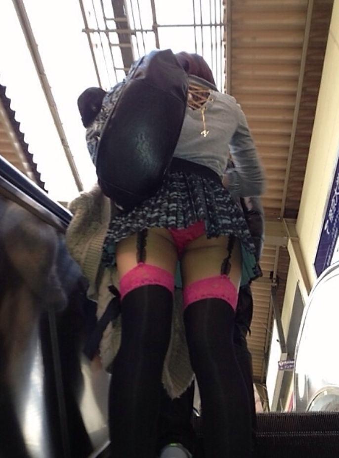 【駅パンチラエロ画像】ミニスカギャルや制服JK達が階段でパンチラしてくれるから毎日頑張れる!駅パンチラを盗撮したエロ画像集ww【80枚】 33