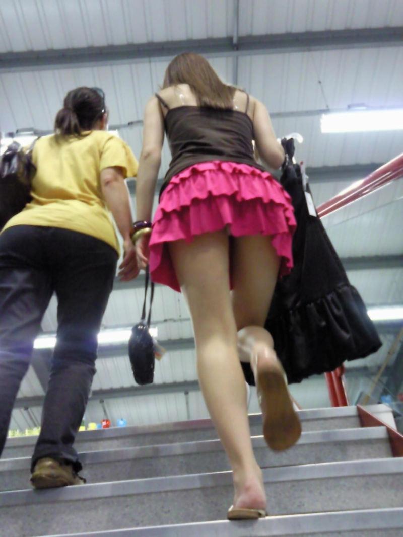【駅パンチラエロ画像】ミニスカギャルや制服JK達が階段でパンチラしてくれるから毎日頑張れる!駅パンチラを盗撮したエロ画像集ww【80枚】 37
