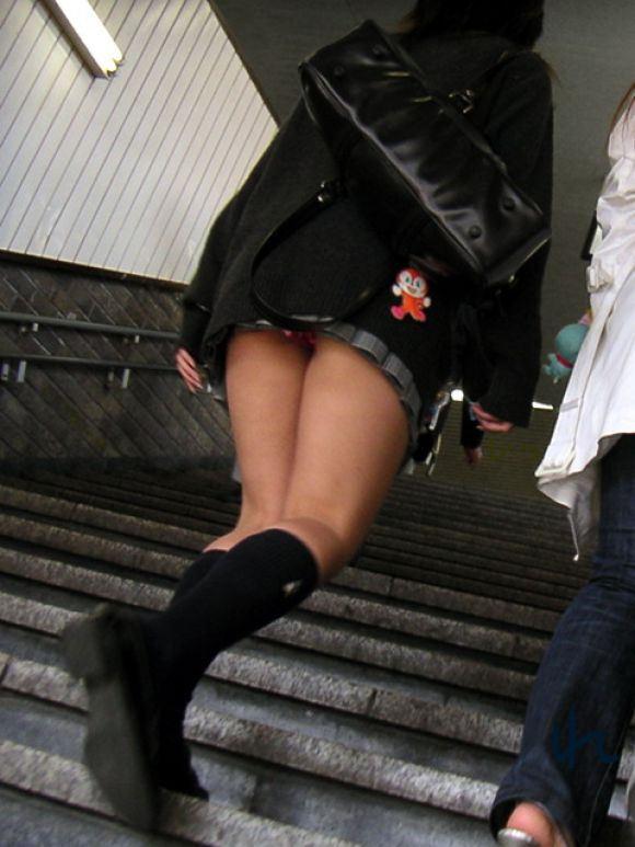 【駅パンチラエロ画像】ミニスカギャルや制服JK達が階段でパンチラしてくれるから毎日頑張れる!駅パンチラを盗撮したエロ画像集ww【80枚】 49