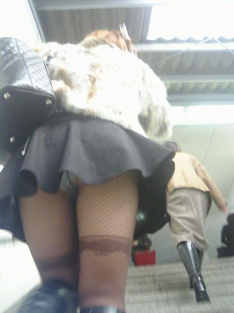 【駅パンチラエロ画像】ミニスカギャルや制服JK達が階段でパンチラしてくれるから毎日頑張れる!駅パンチラを盗撮したエロ画像集ww【80枚】 53