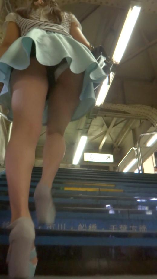 ショッピング中のロリ巨乳JCがダンスがエロすぎてチンポも踊り出す画像