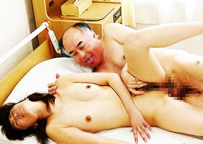 【年の差セックス乱交エロ画像】JKがハゲ中年おやじとにちっぱい吸われて、エロボディな若妻が介護中の義父に寝取られ爆乳ママが息子を筆おろししてる年の差セックスのエロ画像集ww【80枚】