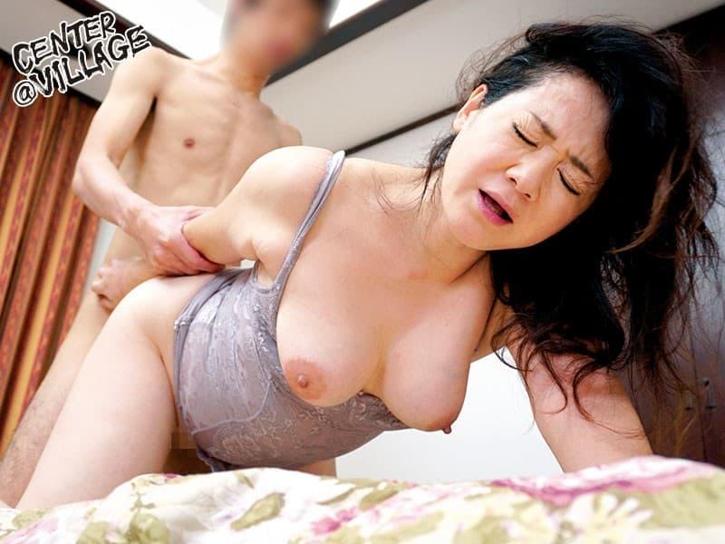 【年の差セックス乱交エロ画像】JKがハゲ中年おやじとにちっぱい吸われて、エロボディな若妻が介護中の義父に寝取られ爆乳ママが息子を筆おろししてる年の差セックスのエロ画像集ww【80枚】 16