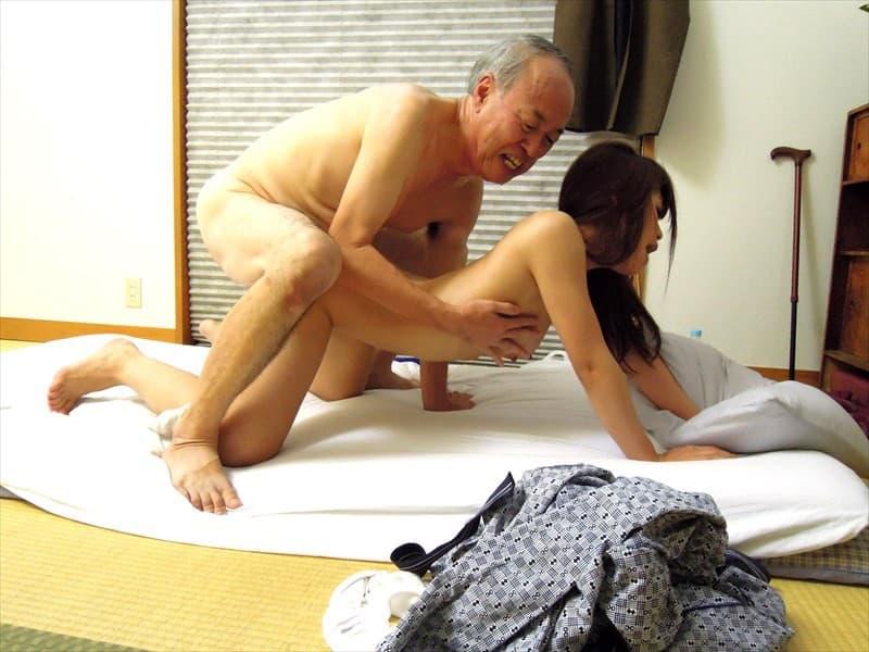 【年の差セックス乱交エロ画像】JKがハゲ中年おやじとにちっぱい吸われて、エロボディな若妻が介護中の義父に寝取られ爆乳ママが息子を筆おろししてる年の差セックスのエロ画像集ww【80枚】 57