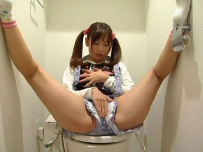 【トイレオナニーエロ画像】長くトイレに入ってると思ったらガチでオナニーしてたww欲求不満女子たちがトイレでM字開脚して潮吹き手マンしてるトイレオナニーのエロ画像集!【80枚】 20