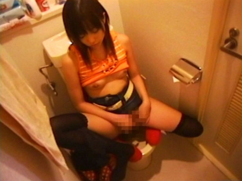【トイレオナニーエロ画像】長くトイレに入ってると思ったらガチでオナニーしてたww欲求不満女子たちがトイレでM字開脚して潮吹き手マンしてるトイレオナニーのエロ画像集!【80枚】 56