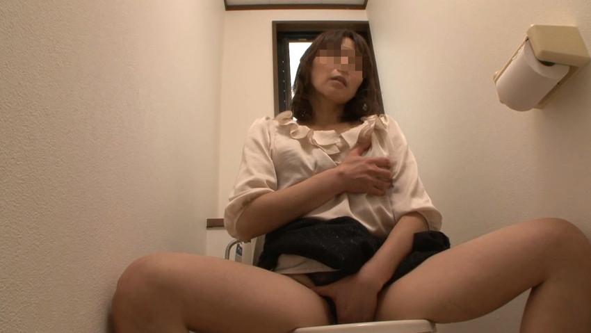 【トイレオナニーエロ画像】長くトイレに入ってると思ったらガチでオナニーしてたww欲求不満女子たちがトイレでM字開脚して潮吹き手マンしてるトイレオナニーのエロ画像集!【80枚】 63
