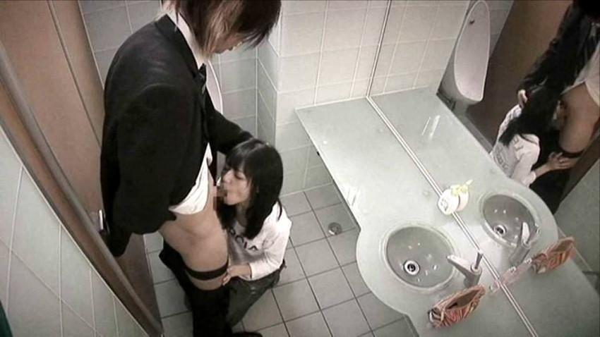 【トイレセックスエロ画像】広い共用トイレや狭い個室の便器の上で対面座位で巨根をブチ込んだったスリル満点!トイレセックスのエロ画像集w【80枚】 80