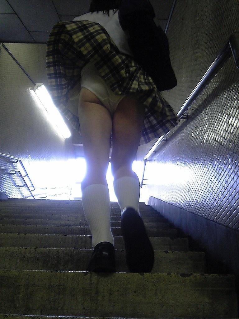 【JKパンチラエロ画像】登下校中のJKのパンチラがあとちょっとで見れたのに!と歯痒く思ってる人に捧げるJKパンチラのエロ画像集w【80枚】 53