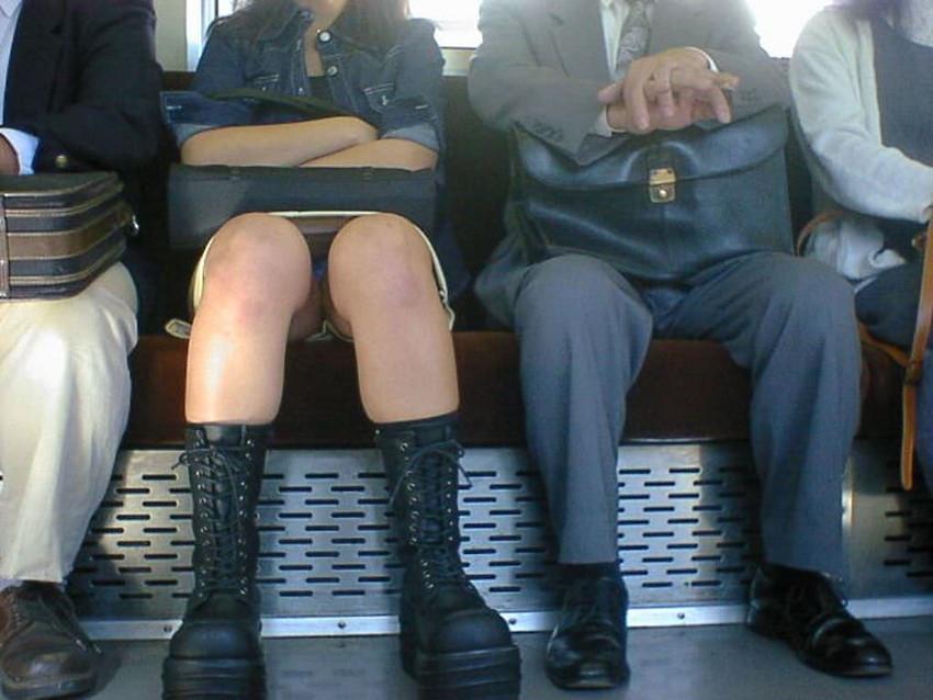 【電車パンチラエロ画像】通勤通学の嫌な気分を払拭してくれるスーツの就活生やOL、制服JK達の電車パンチラエロ画像集w【80枚】 03