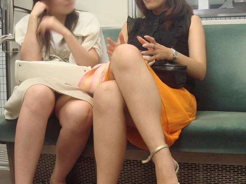 【電車パンチラエロ画像】通勤通学の嫌な気分を払拭してくれるスーツの就活生やOL、制服JK達の電車パンチラエロ画像集w【80枚】 12