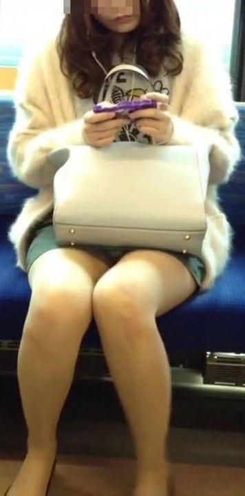 【電車パンチラエロ画像】通勤通学の嫌な気分を払拭してくれるスーツの就活生やOL、制服JK達の電車パンチラエロ画像集w【80枚】 18