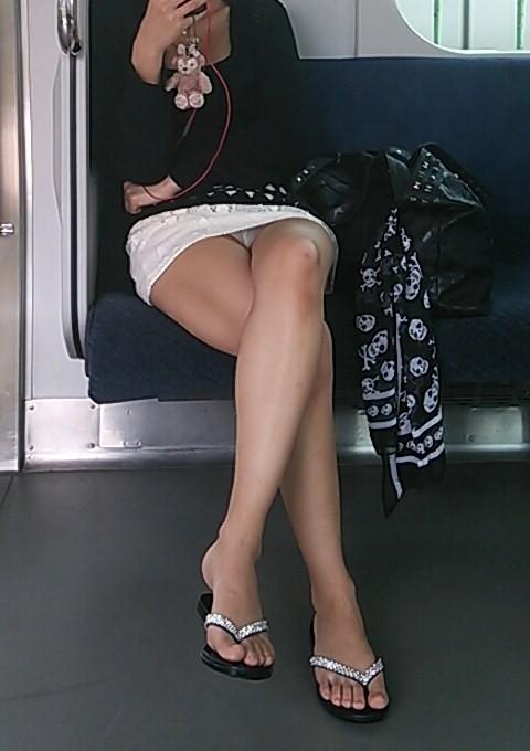 【電車パンチラエロ画像】通勤通学の嫌な気分を払拭してくれるスーツの就活生やOL、制服JK達の電車パンチラエロ画像集w【80枚】 22
