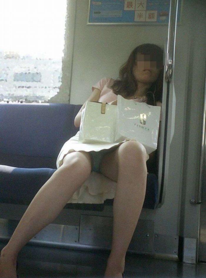 【電車パンチラエロ画像】通勤通学の嫌な気分を払拭してくれるスーツの就活生やOL、制服JK達の電車パンチラエロ画像集w【80枚】 23