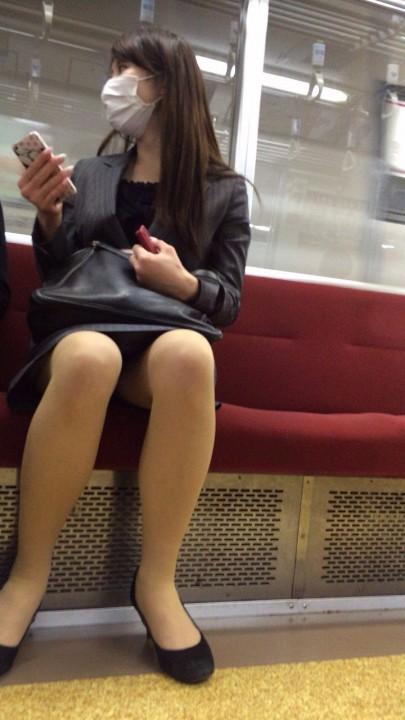 【電車パンチラエロ画像】通勤通学の嫌な気分を払拭してくれるスーツの就活生やOL、制服JK達の電車パンチラエロ画像集w【80枚】 27