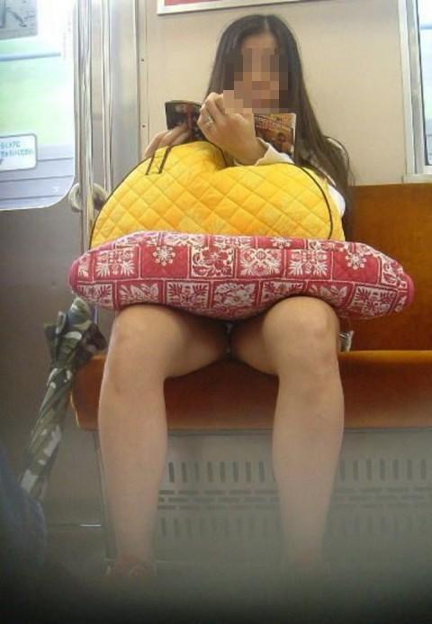 【電車パンチラエロ画像】通勤通学の嫌な気分を払拭してくれるスーツの就活生やOL、制服JK達の電車パンチラエロ画像集w【80枚】 34
