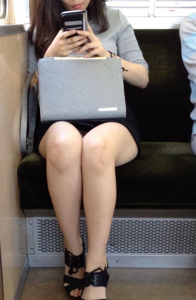 【電車パンチラエロ画像】通勤通学の嫌な気分を払拭してくれるスーツの就活生やOL、制服JK達の電車パンチラエロ画像集w【80枚】 37