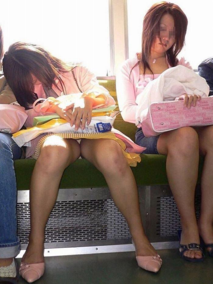 【電車パンチラエロ画像】通勤通学の嫌な気分を払拭してくれるスーツの就活生やOL、制服JK達の電車パンチラエロ画像集w【80枚】 39