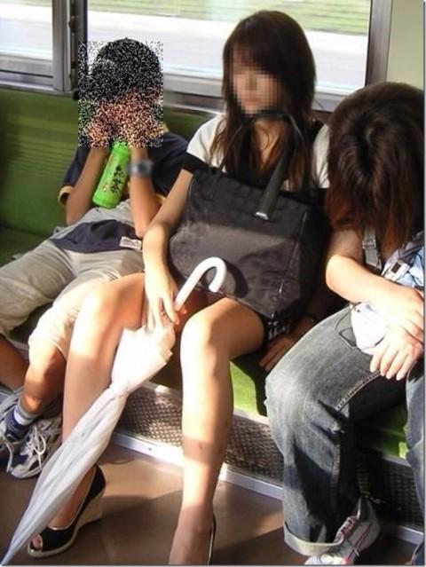 【電車パンチラエロ画像】通勤通学の嫌な気分を払拭してくれるスーツの就活生やOL、制服JK達の電車パンチラエロ画像集w【80枚】 40
