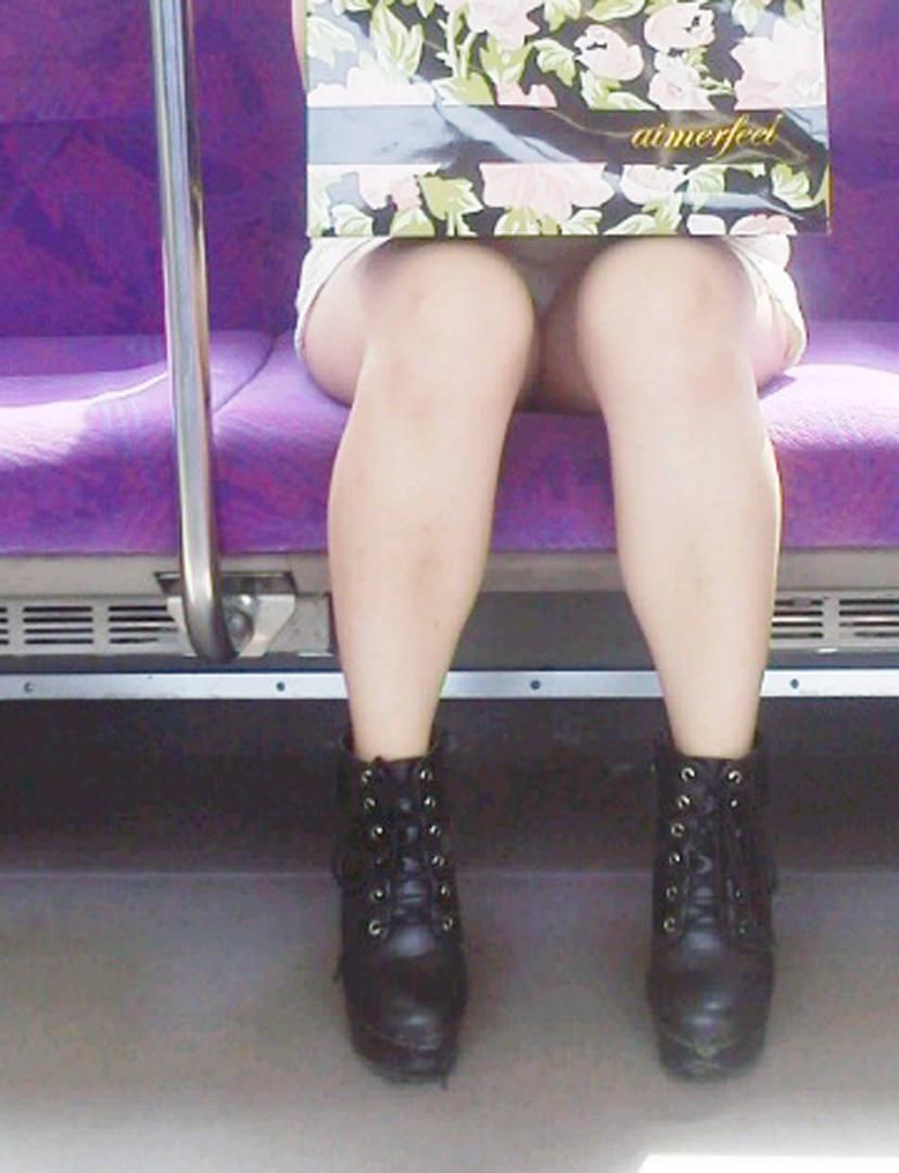 【電車パンチラエロ画像】通勤通学の嫌な気分を払拭してくれるスーツの就活生やOL、制服JK達の電車パンチラエロ画像集w【80枚】 41