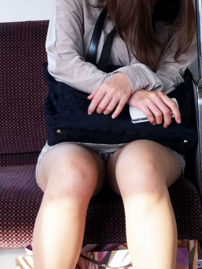 【電車パンチラエロ画像】通勤通学の嫌な気分を払拭してくれるスーツの就活生やOL、制服JK達の電車パンチラエロ画像集w【80枚】 49