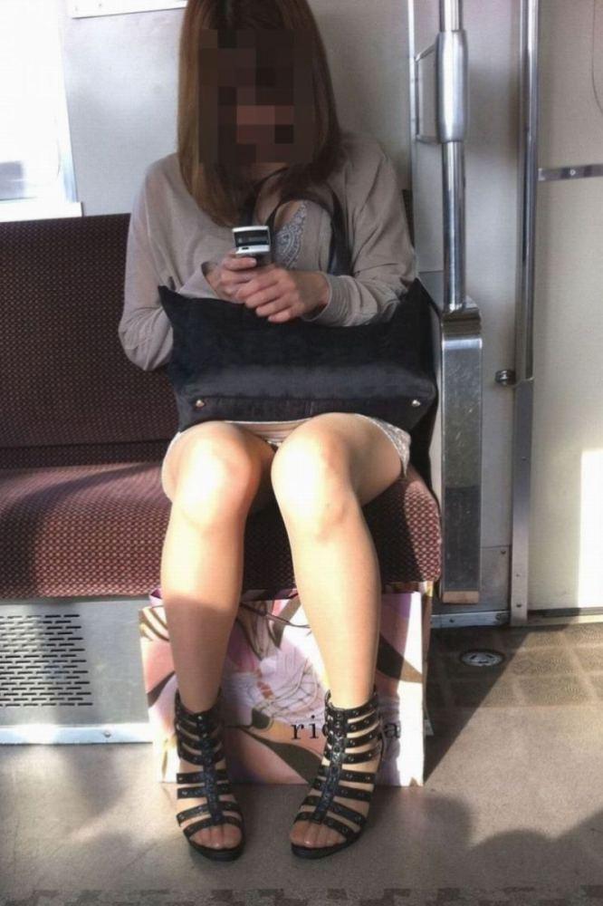 【電車パンチラエロ画像】通勤通学の嫌な気分を払拭してくれるスーツの就活生やOL、制服JK達の電車パンチラエロ画像集w【80枚】 59
