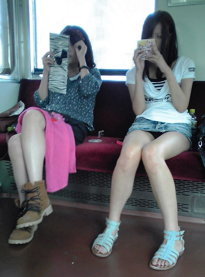 【電車パンチラエロ画像】通勤通学の嫌な気分を払拭してくれるスーツの就活生やOL、制服JK達の電車パンチラエロ画像集w【80枚】 64