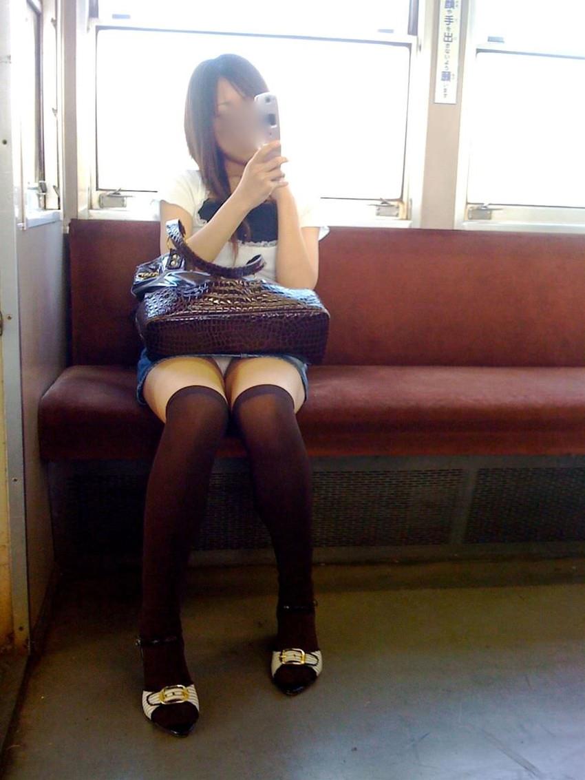【電車パンチラエロ画像】通勤通学の嫌な気分を払拭してくれるスーツの就活生やOL、制服JK達の電車パンチラエロ画像集w【80枚】 65