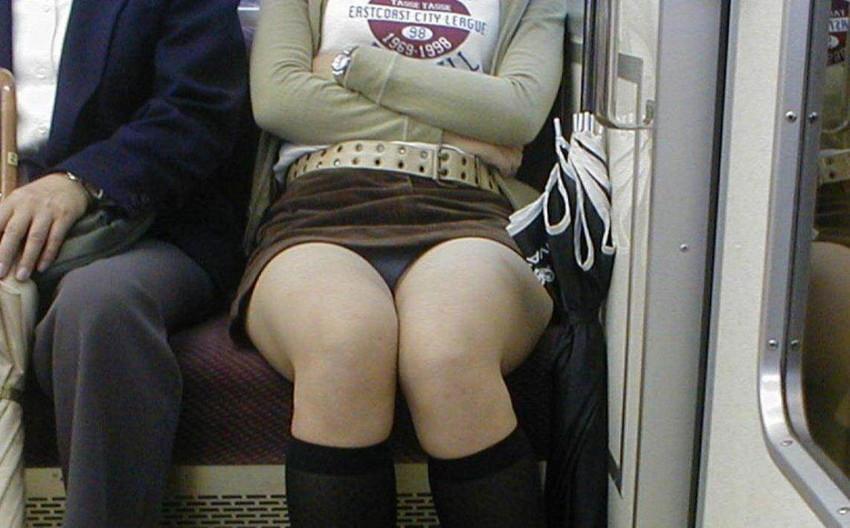 【電車パンチラエロ画像】通勤通学の嫌な気分を払拭してくれるスーツの就活生やOL、制服JK達の電車パンチラエロ画像集w【80枚】 72