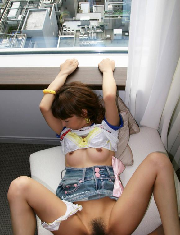 【ソファーセックスエロ画像】ソファーでベロチューしたら盛り上がりベッドに行かず手マンやクンニしてブチ込んじゃったソファーセックスのエロ画像集w【80枚】 61