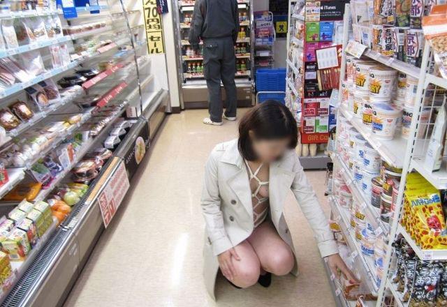 【コンビニセックスエロ画像】鬼畜な店長がカワイイバイト店員や人妻パートを業務中に寝取ったり、痴女がコンビニで露出狂プレイしてるコンビニセックスのエロ画像集w【80枚】 22