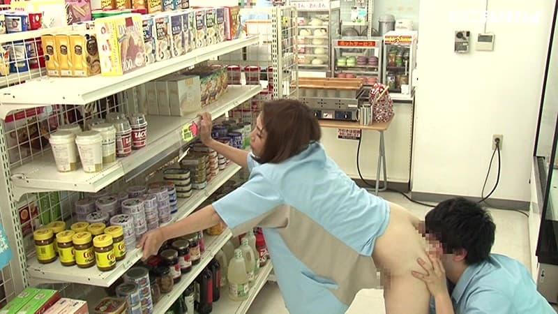 【コンビニセックスエロ画像】鬼畜な店長がカワイイバイト店員や人妻パートを業務中に寝取ったり、痴女がコンビニで露出狂プレイしてるコンビニセックスのエロ画像集w【80枚】 32