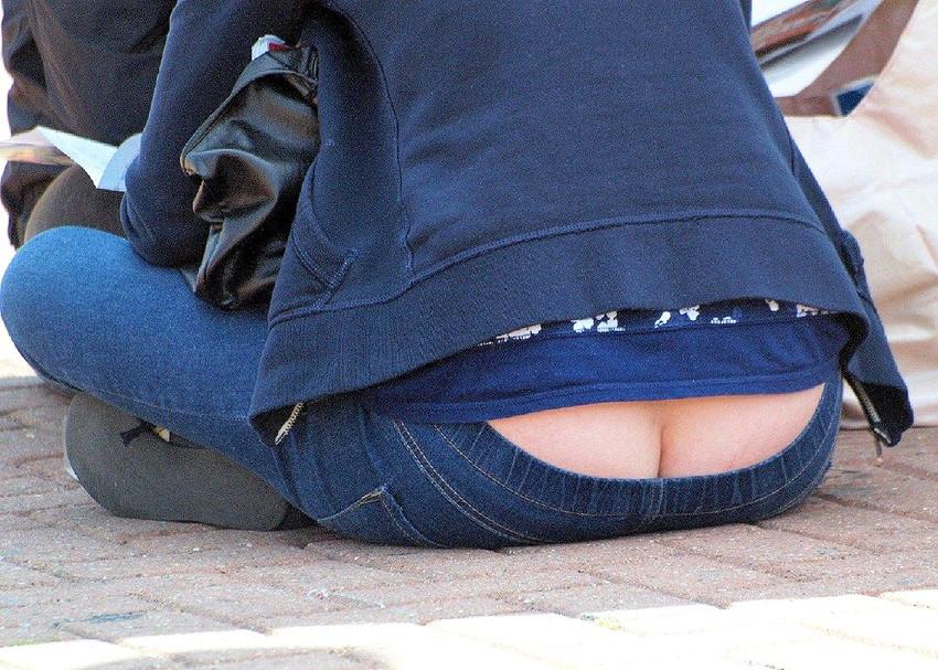 【尻チラエロ画像】ローライズパンツの素人ギャルやOLがしゃがんで尻のワレメが丸見えなので盗撮したった尻チラのエロ画像集ww【80枚】 10