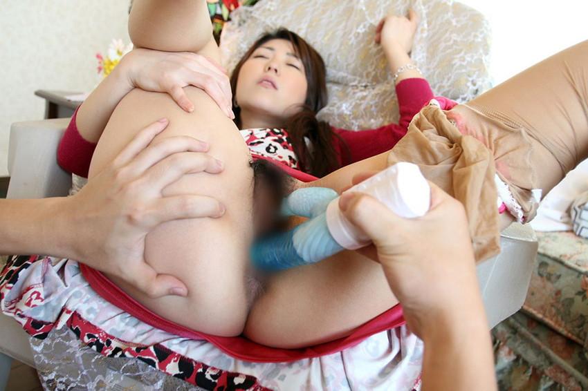 【バイブ責めエロ画像】ウィンウィン唸る極太バイブを女子の美マンにブチ込み膣内とクリを同時に刺激して潮吹きアクメさせてるバイブ責めのエロ画像集!ww【80枚】 34