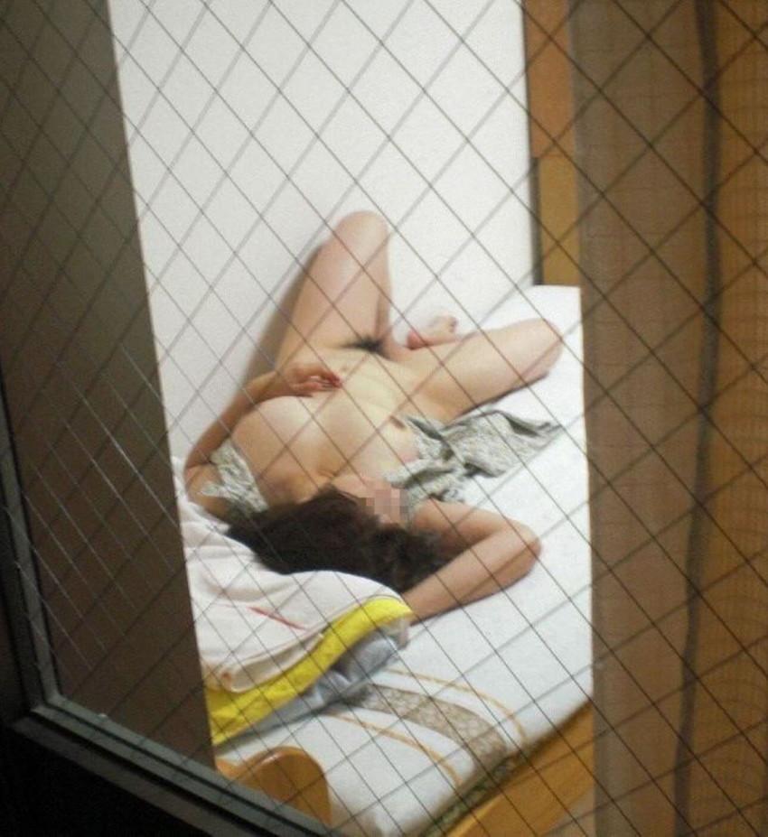【窓盗撮エロ画像】一人暮らしのJDやOLたちの着替えやオナニー、入浴やセックスを窓から覗いて隠し撮りしたった窓盗撮のエロ画像集ww【80枚】 60