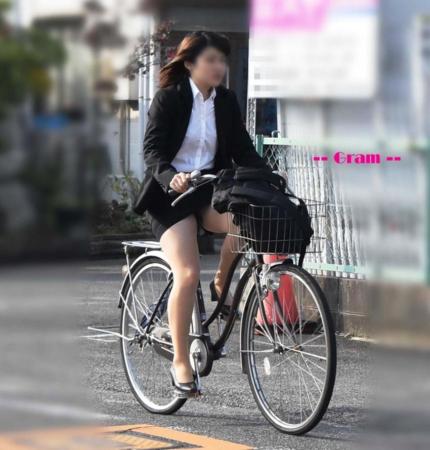 【自転車OLエロ画像】OLスーツのタイトスカートの太ももや美尻、パンチラが堪らなさすぎるOL自転車のエロ画像集!ww【80枚】 04