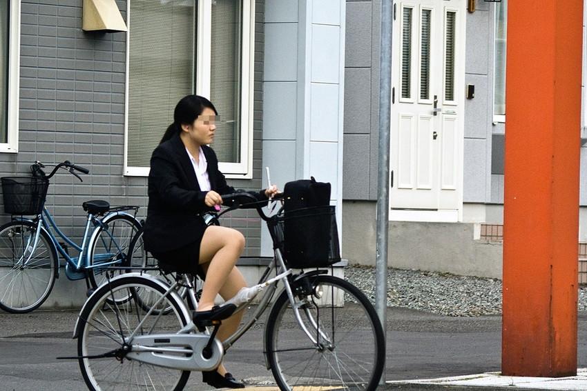 【自転車OLエロ画像】OLスーツのタイトスカートの太ももや美尻、パンチラが堪らなさすぎるOL自転車のエロ画像集!ww【80枚】 05